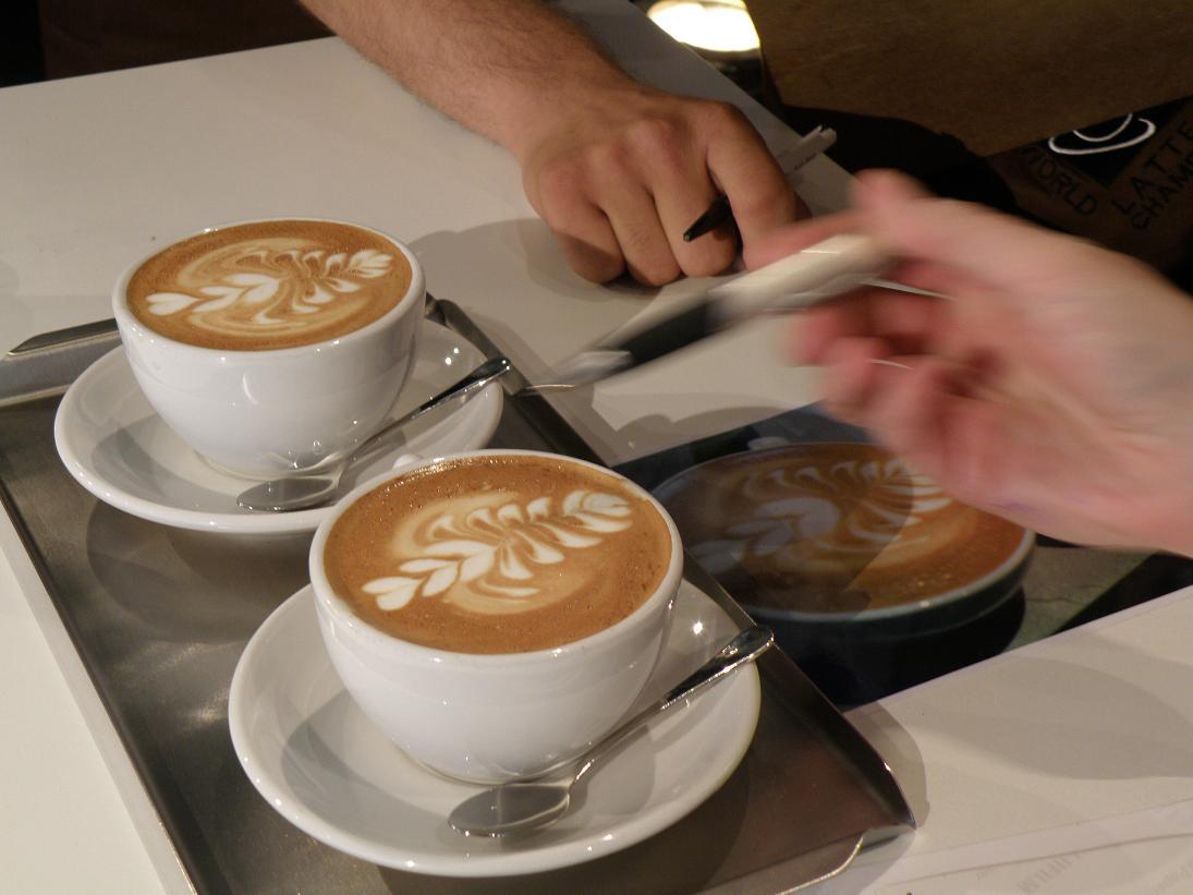 coffeesnobs.com.au/attachments/SCAE2009-Latte-Art-Finals-Australia17.JPG